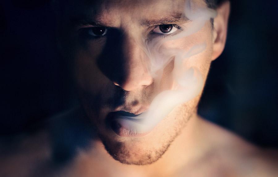 フリー写真 たばこの煙を吐く外国人男性の顔