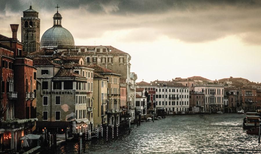 フリー写真 ヴェネツィアの運河と街並み風景