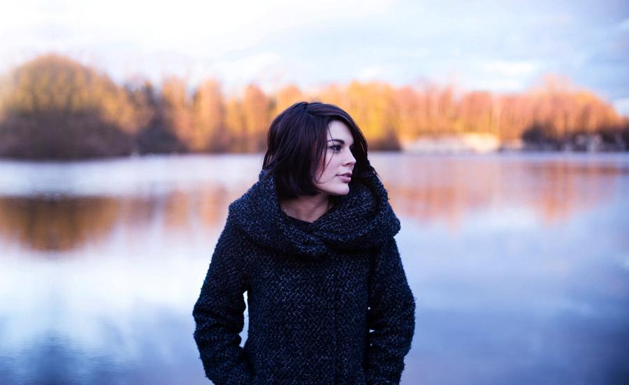 フリー写真 川の前で横を向いている外国人女性