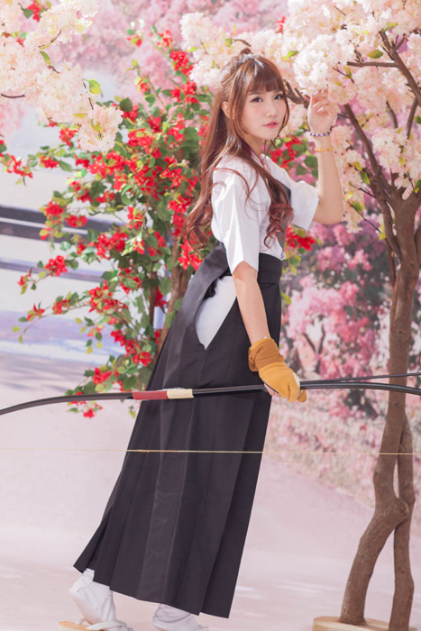 フリー写真 弓道の姿をした女性と花