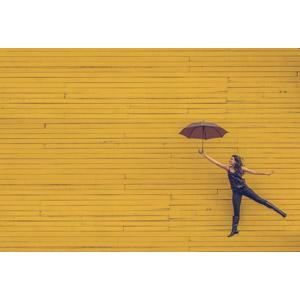 フリー写真, 人物, 女性, 外国人女性, 傘, 跳ぶ(ジャンプ), 宙に浮く(空中浮遊), 黄色(イエロー)