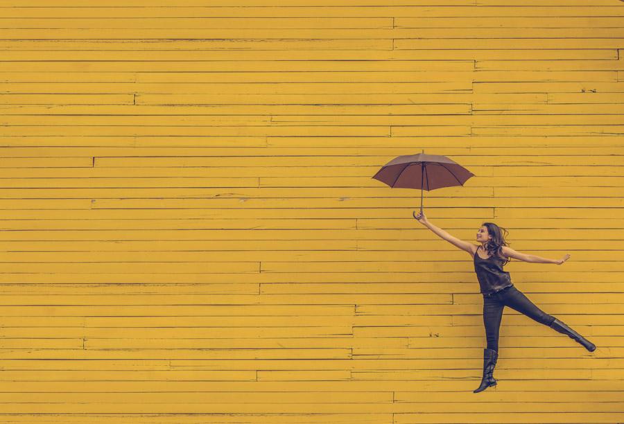 フリー写真 傘を持って浮かんでいる外国人女性