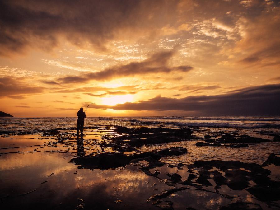 フリー写真 釣り人と夕暮れの海岸