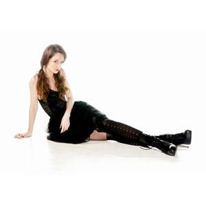 フリー写真, 人物, 女性, 外国人女性, イギリス人, 女性(00172), ツインテール, 座る(床), 足を伸ばす