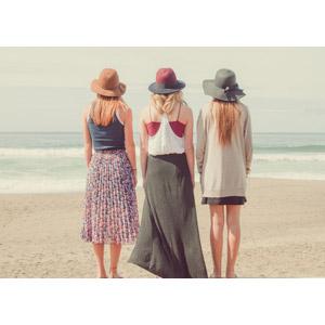 フリー写真, 人物, 女性, 外国人女性, 三人, 後ろ姿, 帽子, ビーチ(砂浜)
