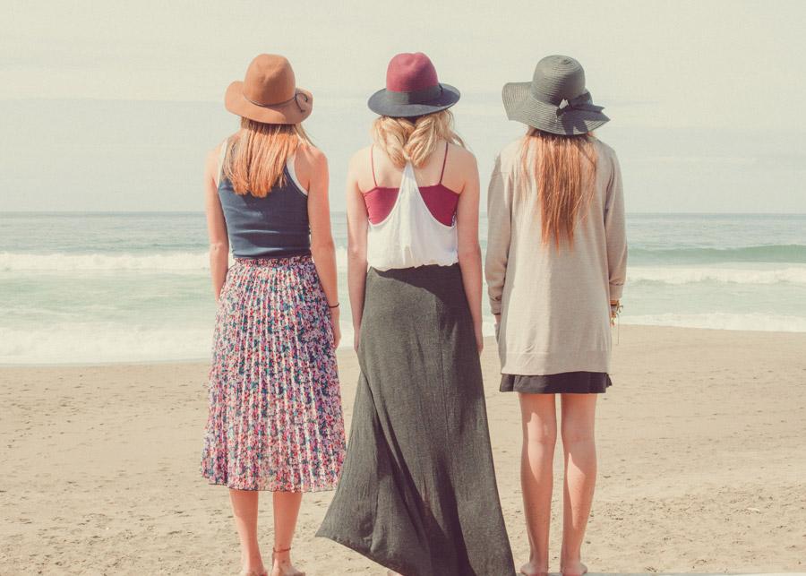 フリー写真 ビーチに立つ三人の女性の後ろ姿