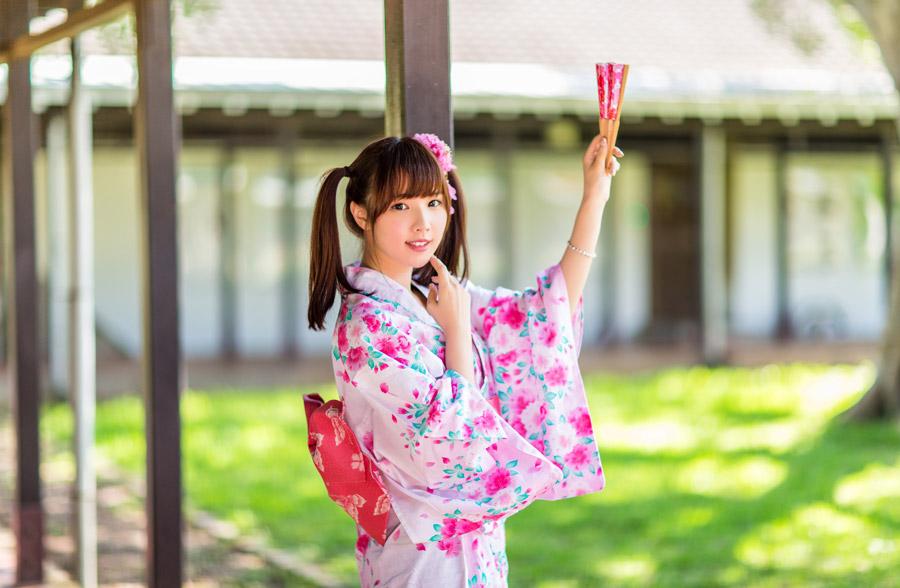 フリー写真 浴衣姿で扇子を持っている女性のポートレイト