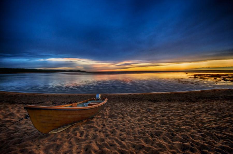 フリー写真 ボートのある夕暮れのビーチの風景
