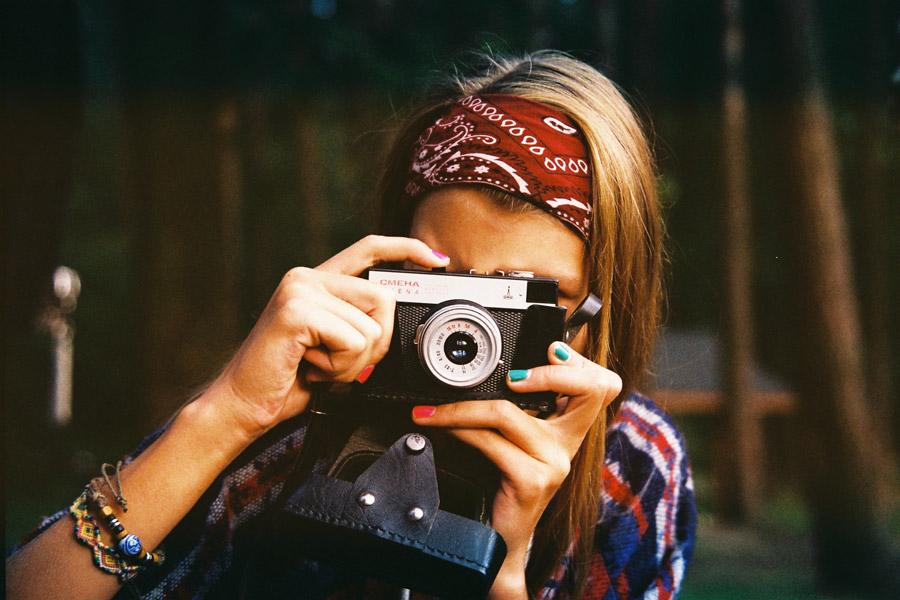 フリー写真 トイカメラで写真を撮る外国人女性