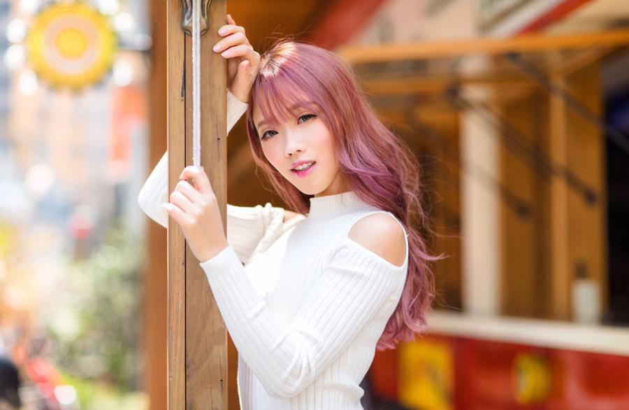 フリー写真 柱に寄りかかるピンク色の髪の女性ポートレイト