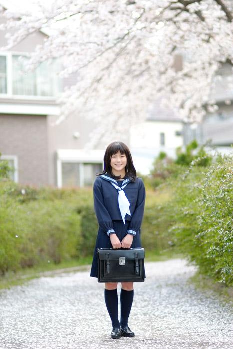 フリー写真 新学期を迎える女子高生