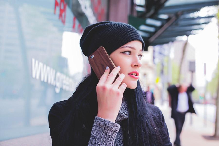 フリー写真 携帯電話で話し中の外国人女性