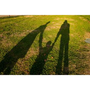 フリー写真, 人物, 家族, 親子, 父親(お父さん), 母親(お母さん), 子供, 手をつなぐ, 影, 三人