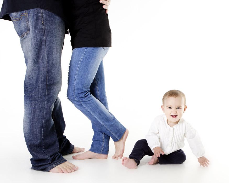 フリー写真 抱き合う夫婦と笑顔の赤ちゃん