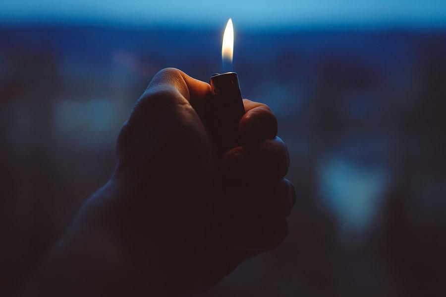 フリー写真 ライターの火と手