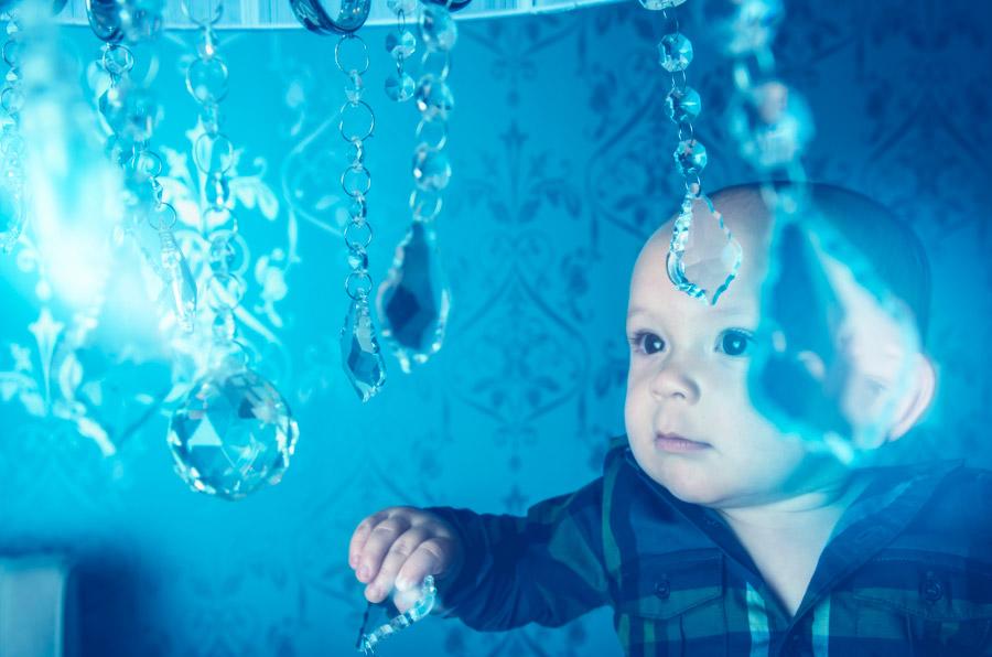 フリー写真 ガラス飾りを見ている赤ちゃん