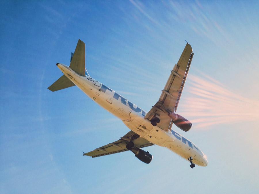 フリー写真 太陽の光と旅客機