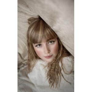 フリー写真, 人物, 子供, 女の子, 外国の女の子, 女の子(00034), 毛布, 仰向け, 寝転ぶ