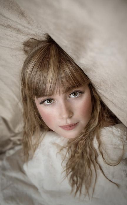 フリー写真 ベッドの中の外国の女の子