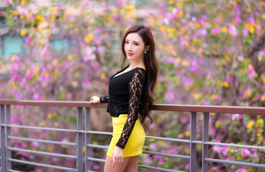 フリー写真 ミニスカート姿の女性ポートレイト