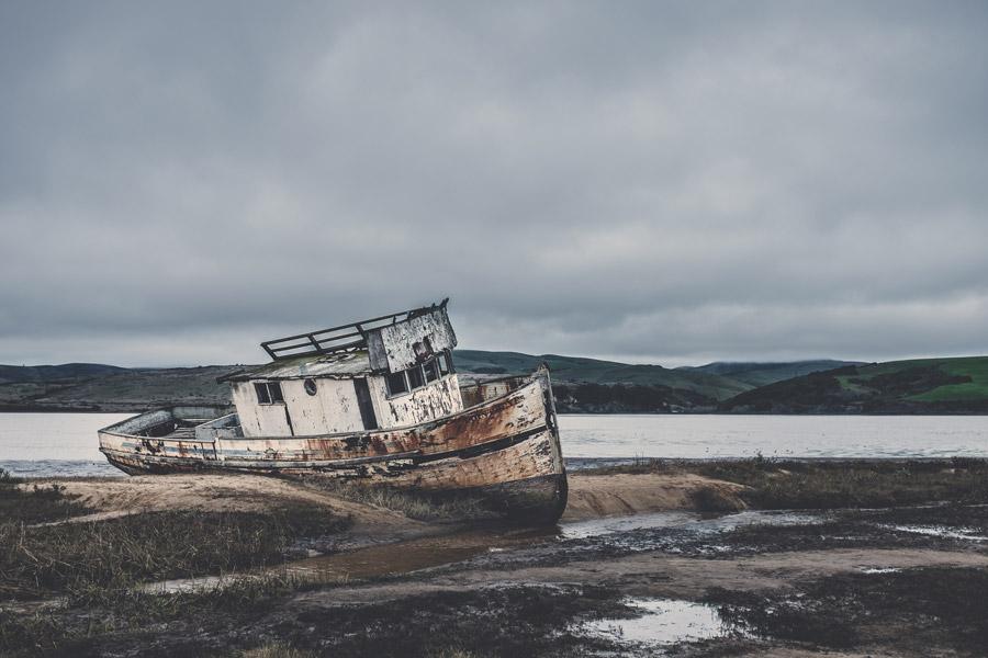 フリー写真 放置されたままの座礁船