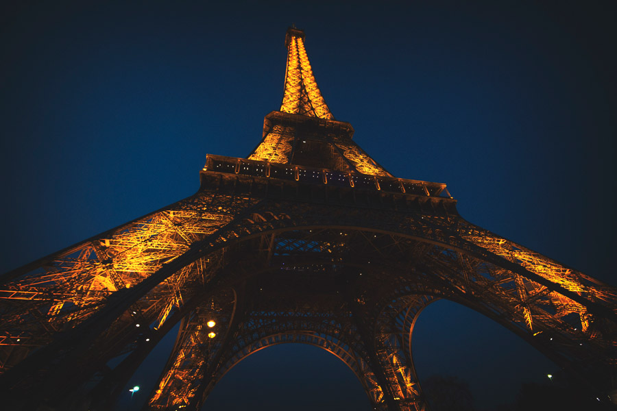 フリー写真 下から見上げる夜のエッフェル塔の風景