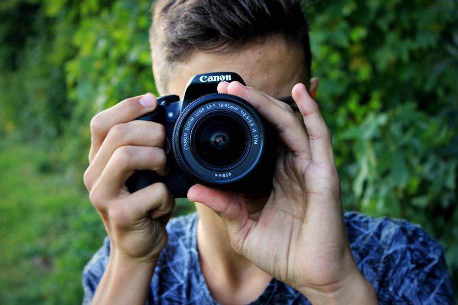 フリー写真 デジタル一眼レフカメラで写真を撮る外国人男性