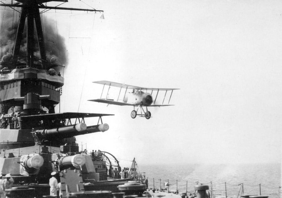 フリー写真 戦艦山城から離陸するスパローホークIII