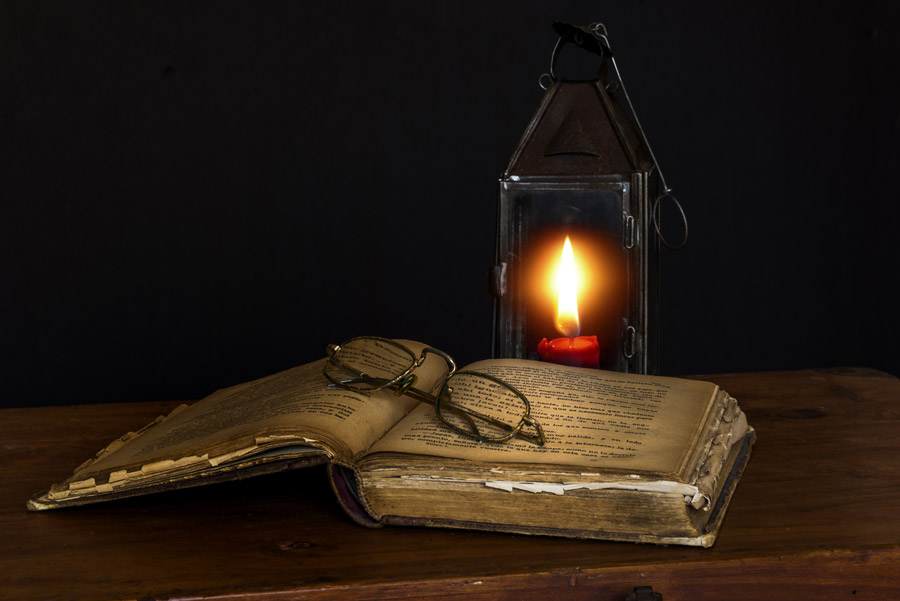 フリー写真 ランタンと古い本の上の眼鏡