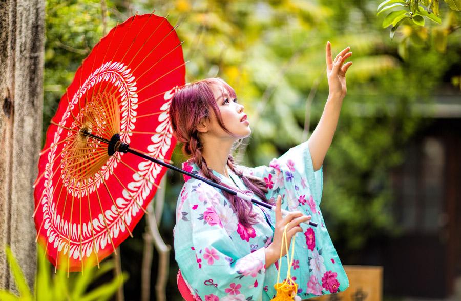 フリー写真 浴衣姿で木の葉に手を伸ばす女性ポートレイト