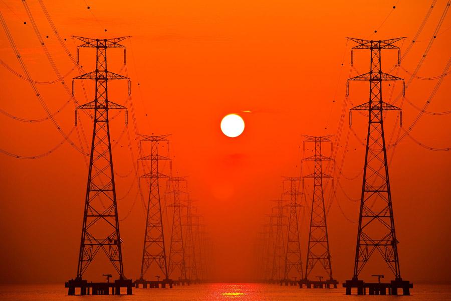 フリー写真 夕日と鉄塔の風景