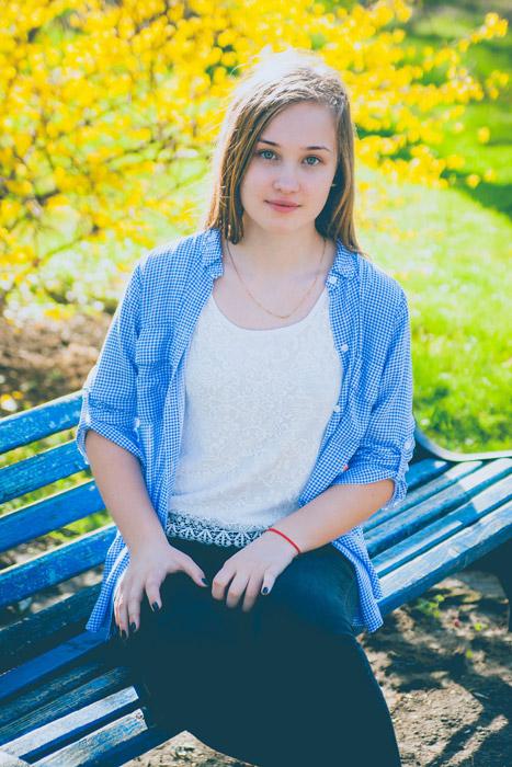 フリー写真 ベンチに座る外国人女性