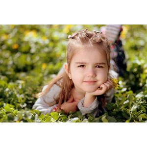 フリー写真, 人物, 子供, 女の子, 外国の女の子, ルーマニア人, 顎に手を当てる, 頬杖をつく, 腹這い, 草むら