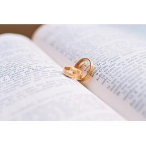 フリー写真, 結婚指輪, 指輪(リング), 装飾品(アクセサリー), 本(書籍)