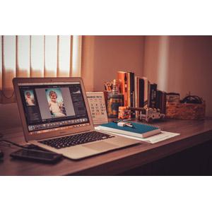 フリー写真, 風景, 机(デスク), 家電機器, パソコン(PC), ノートパソコン, 本(書籍)