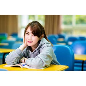 フリー写真, 人物, 女性, アジア人女性, 女性(00176), 中国人, 学生(生徒), 大学生, 学校, 大学, 頬杖をつく, 教室, 勉強机