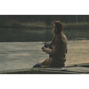 フリー写真, 人物, 女性, 外国人女性, カメラ, 一眼レフカメラ, コート, 振り返る, 河川