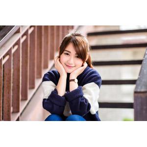フリー写真, 人物, 女性, アジア人女性, 陳樂樂(00176), 中国人, 座る(階段), 頬に手を当てる, 顎に手を当てる