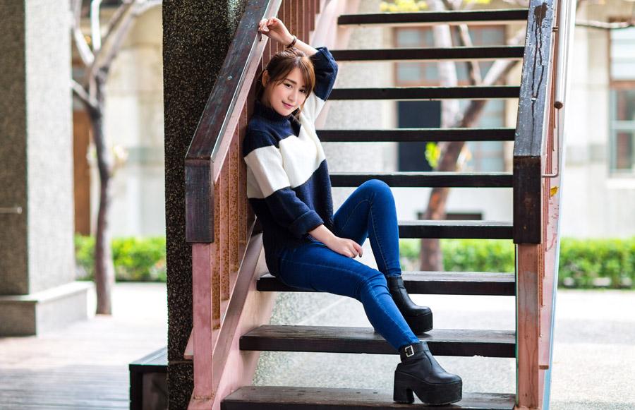 フリー写真 階段に座っている女性ポートレイト