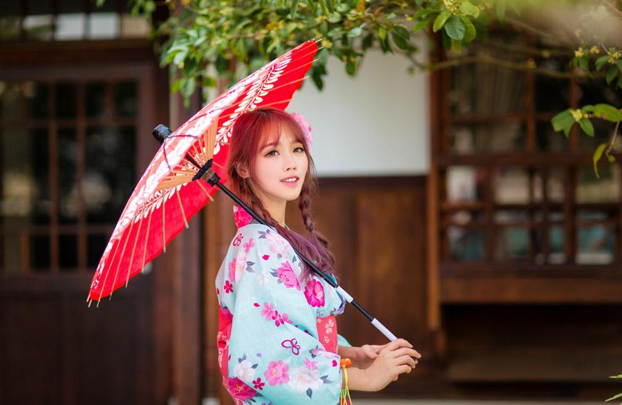 フリー写真 浴衣姿で日傘を差している中国人女性