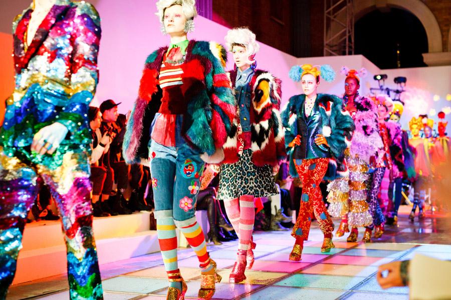 フリー写真 ランウェイを歩くファッションモデルたち
