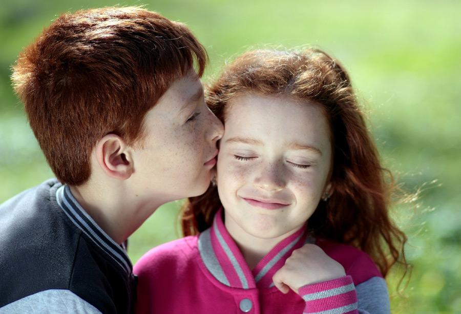 フリー写真 妹にキスをしている兄