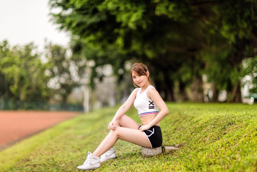 フリー写真 スポーツウェア姿で石の上に座る女性ポートレイト