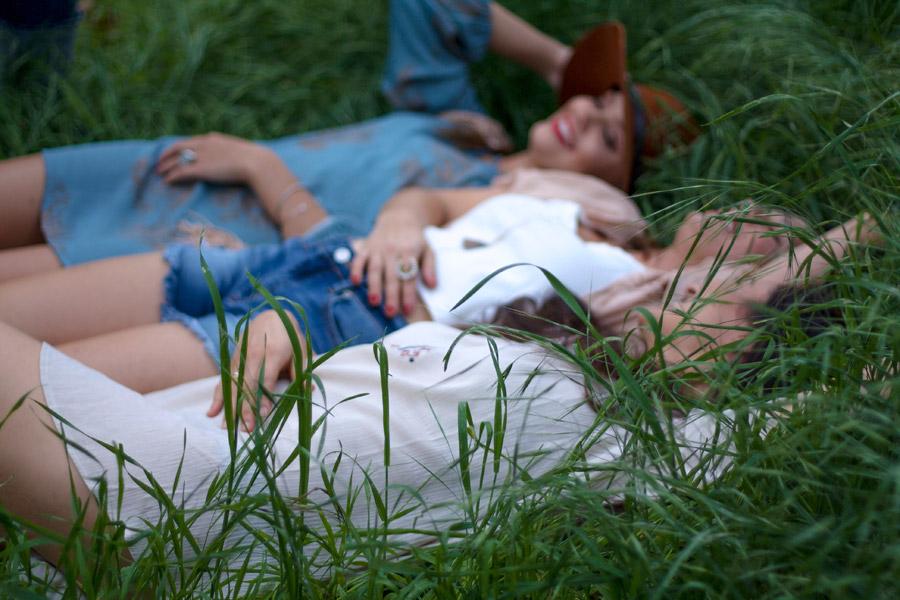 フリー写真 草むらに寝転ぶ三人の外国人女性