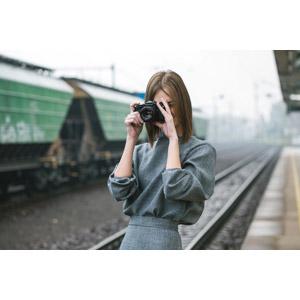フリー写真, 人物, 女性, 外国人女性, スロバキア人, 一眼レフカメラ, カメラ, 写真撮影, 線路(鉄道), 鉄道駅, プラットホーム