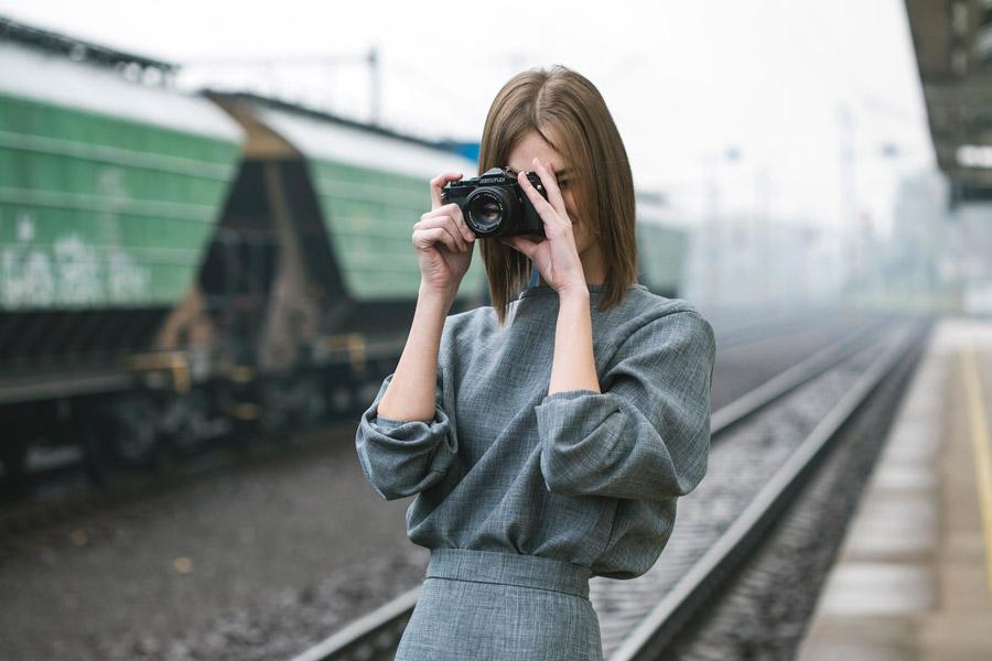 フリー写真 駅で写真を撮る外国人女性