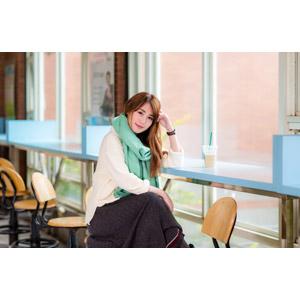 フリー写真, 人物, 女性, アジア人女性, 陳樂樂(00176), 頭に手を当てる, 座る(椅子), 足を組む, 喫茶店(カフェ), 飲食店