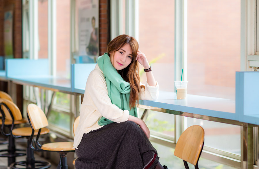 フリー写真 カフェでくつろぐ女性ポートレイト