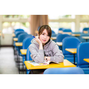 フリー写真, 人物, 女性, アジア人女性, 陳樂樂(00176), 中国人, 学生(生徒), 大学生, 学校, 大学, 頬杖をつく, 教室, 勉強机