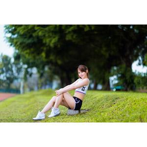 フリー写真, 人物, 女性, アジア人女性, 陳樂樂(00176), 中国人, ショートパンツ, タンクトップ, スポーツ, 運動, 座る(地面), 膝を抱える